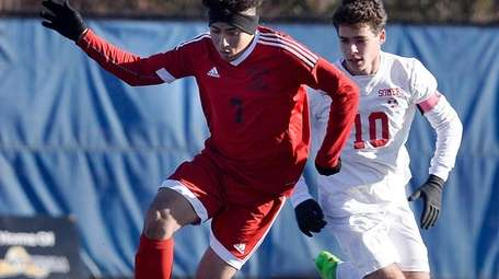 Amityville's Oscar Hernandez controls the ball during a
