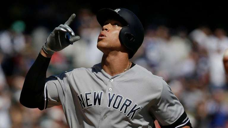 Yankees outfielder Aaron Judge points skyward on his