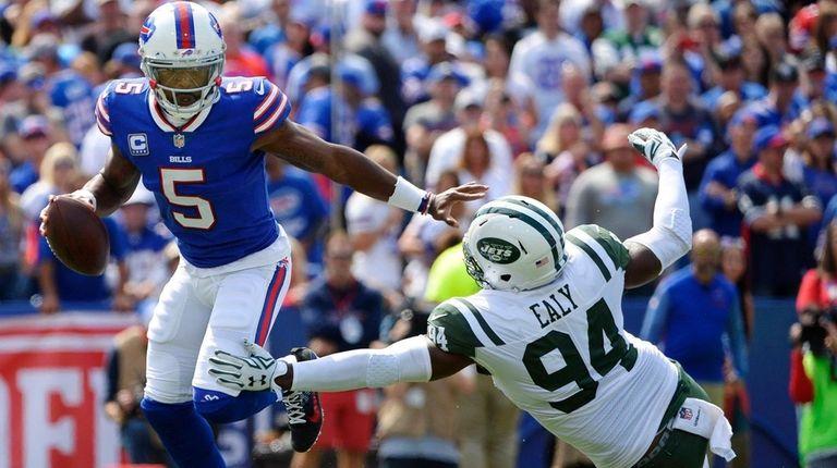 Bills quarterback Tyrod Taylor evades a sack by