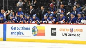 Islanders head coach Doug Weight, center, and players