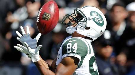Jets kickoff returner Kalif Raymond catches the ball