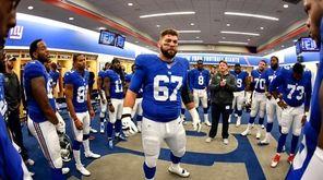 Giants guard Justin Pugh talks to his teammates