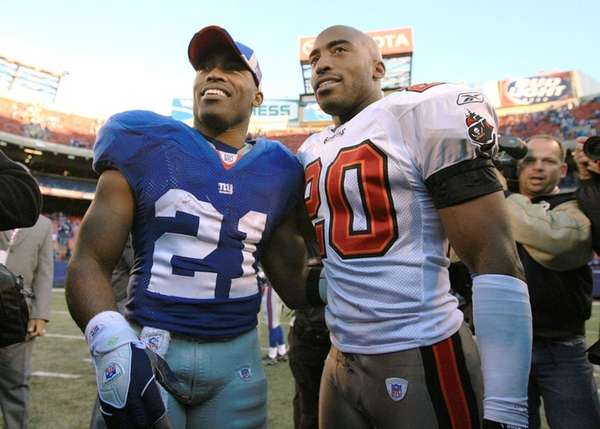 Tiki Barber of theGiantsgreets his brother Ronde Barber