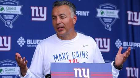 Giants offensive coordinator Mike Sullivan speaks to the