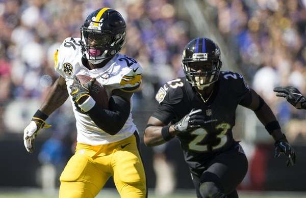 Le'Veon Bell of the Steelers runs past Tony