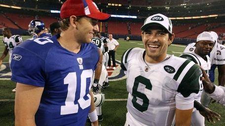 FILE - Giants quarterback Eli Manning and Jets
