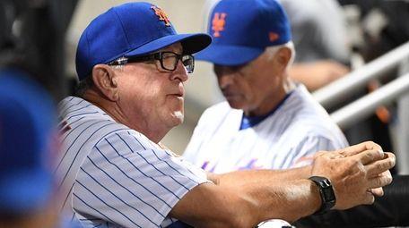 New York Mets pitching coach Dan Warthen looks