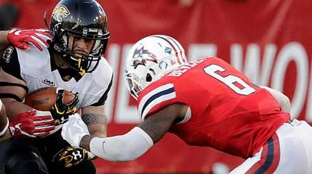 Stony Brook Seawolves defensive back Tyrice Beverette closes