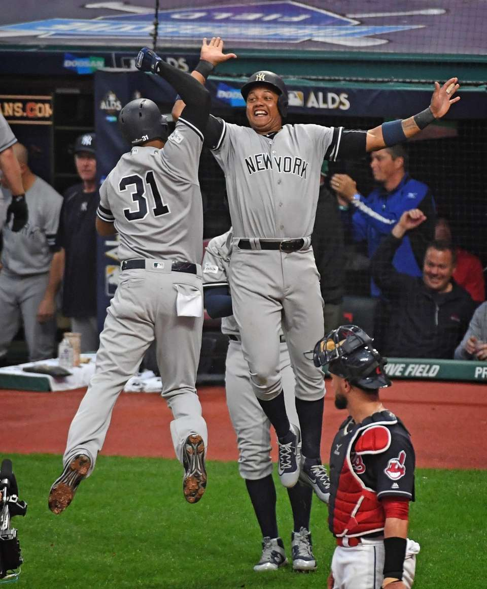 Aaron Hicks and Starlin Castro celebrate after Hicks
