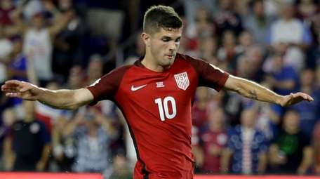 United States' Christian Pulisic (10) gets past Panama