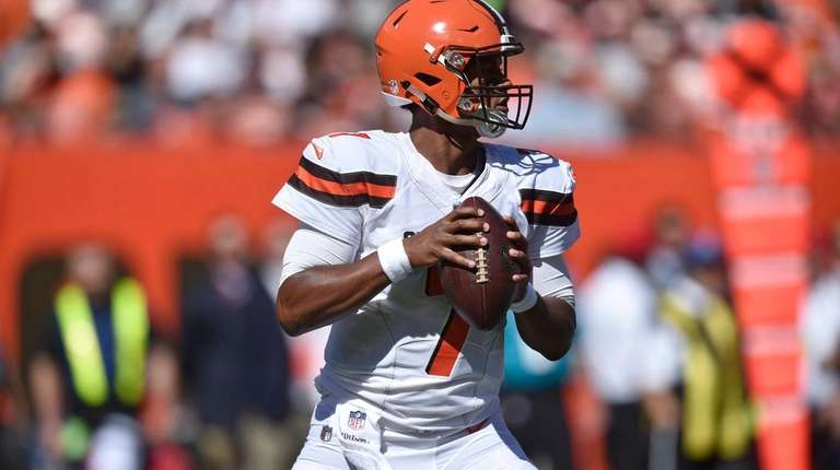 Cleveland Browns quarterback DeShone Kizer looks for a