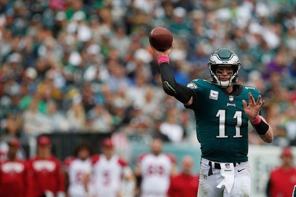 Quarterback Carson Wentz of the Eagles throws a