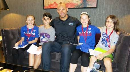 Giants player Mark Herzlich with Kidsday reporters, from