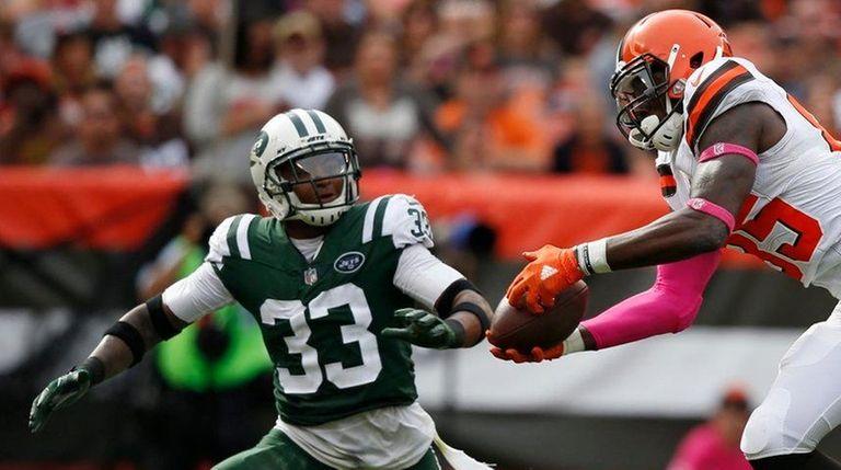 Browns tight end David Njoku makes a pass
