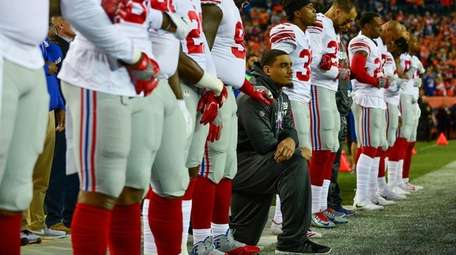Giants defensive end Olivier Vernon kneeled on the
