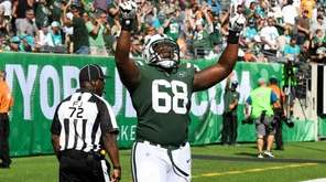 Jets offensive tackle Kelvin Beachum celebrates a touchdown