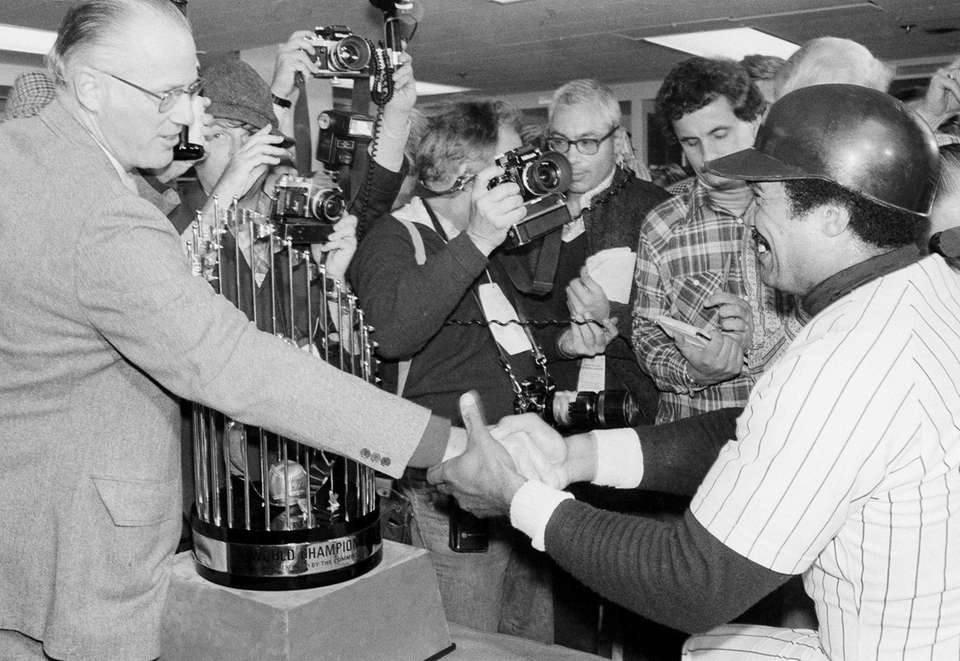 Yankees Reggie Jackson shakes hands with Baseball Commissioner