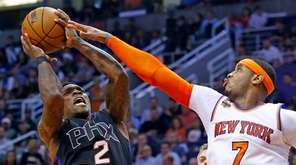New York Knicks forward Carmelo Anthony (7) defends
