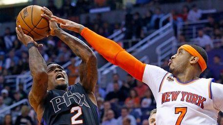 New York Knicks forward Carmelo Anthony (7) defends