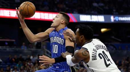 The Magic's Aaron Gordon goes to the basket