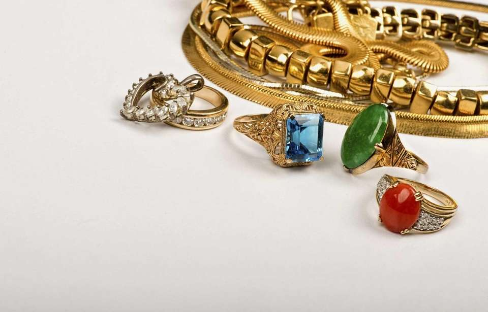 DealNews suggests waiting until December to buy jewelry