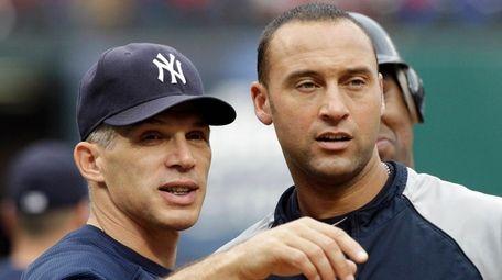 Yankees manager Joe Girardi, left, talks to Derek