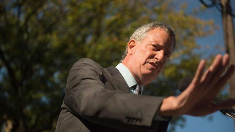 Bill de Blasio holds a news conference outside