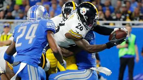 Pittsburgh Steelers running back Le'Veon Bell (26) stretches
