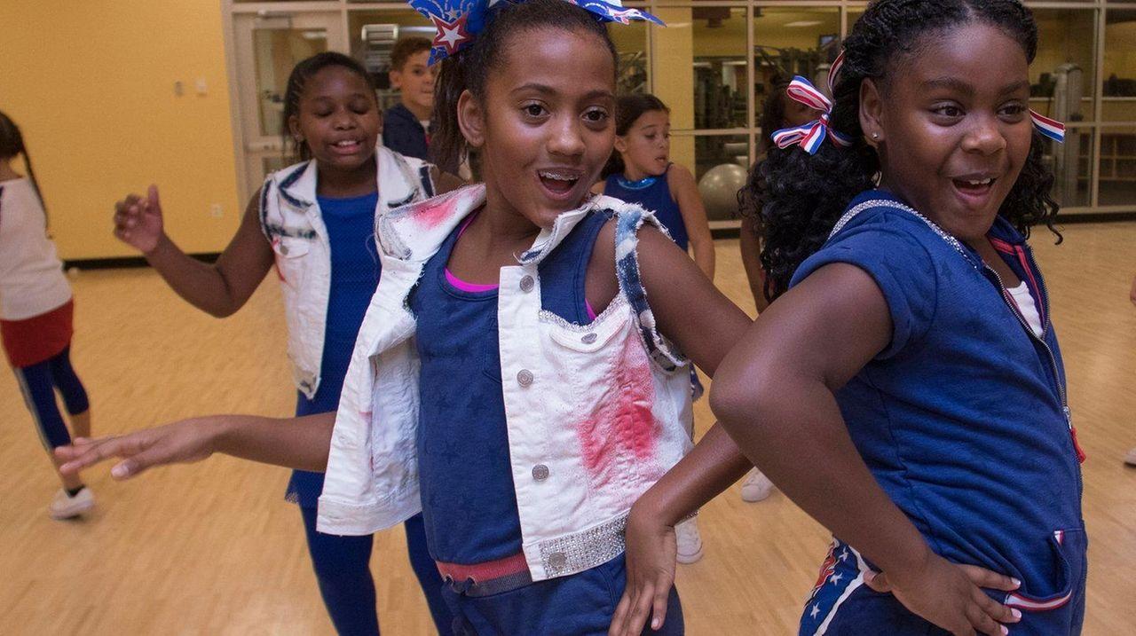 Alexa Easter, 11, left, and Kalia Edwards, 9,