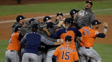 Members the the Astros celebrate their win ovetheDodgers