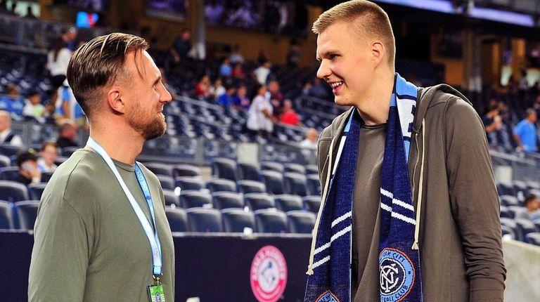 New York Knicks forward Kristaps Porzingis (right) and