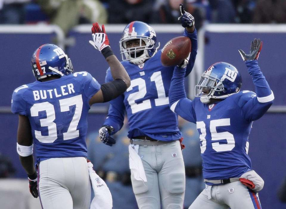 Giants safety Kenny Phillips celebrates with other members