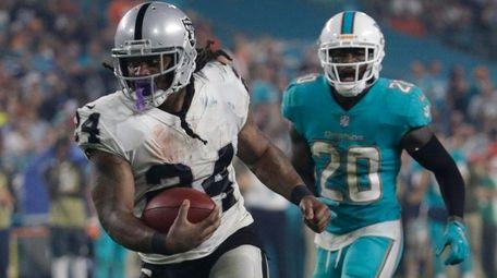 Raiders running back Marshawn Lynch runs for a