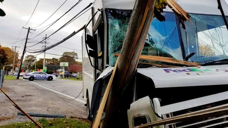FedEx truck hits pole in Lake Ronkonkoma, Suffolk police say | Newsday