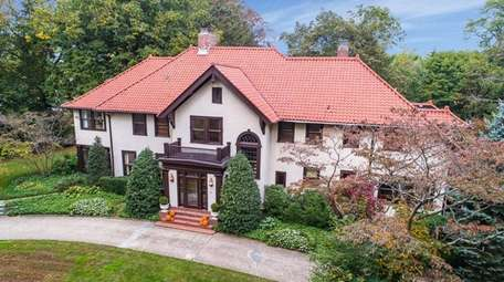 The current owners restored and renovated this Manhasset