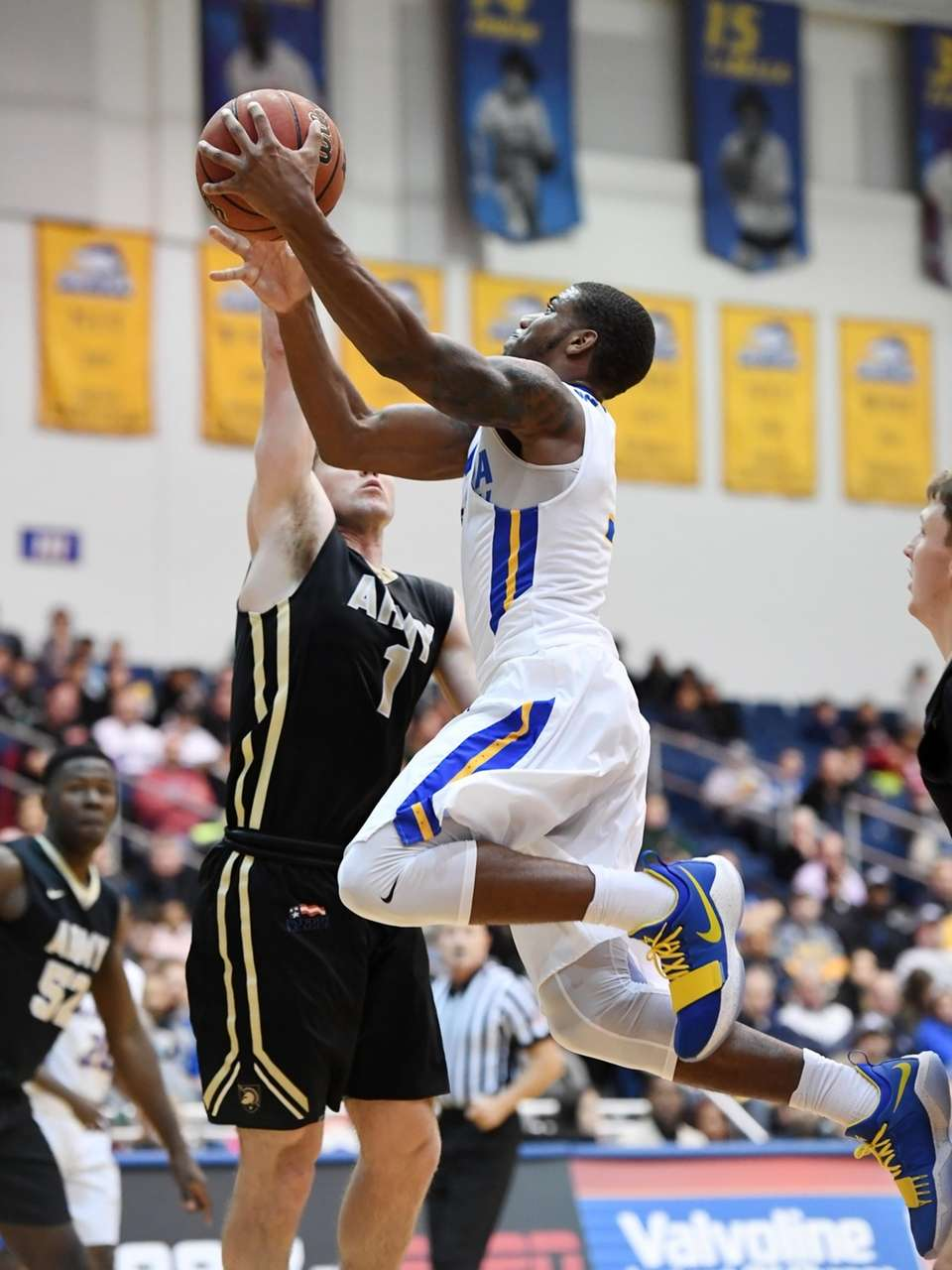 Justin Wright-Foreman, who had 25 points, dribbles past
