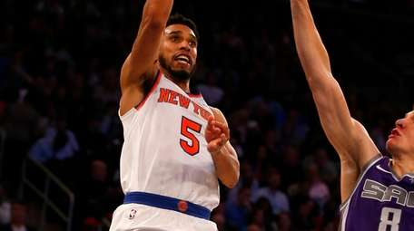 Courtney Lee of the Knicks puts up a