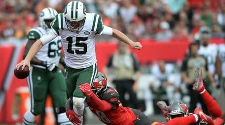 Jets quarterback Josh McCown gets tripped up by