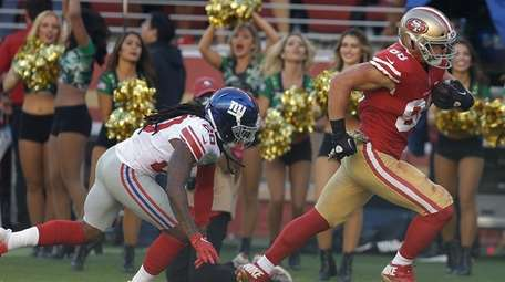 49ers tight end Garrett Celek runs past Giants