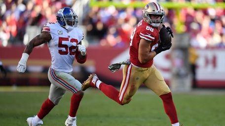 Garrett Celek of the 49ers makes a catch
