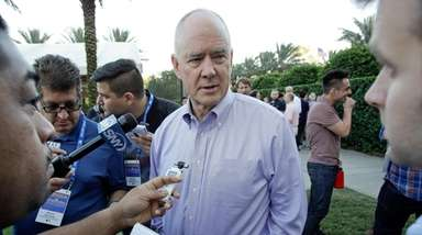 Mets' Sandy Alderson talks with reporters at the