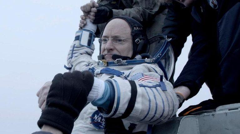 Astronaut Scott Kelly returns to Earth in