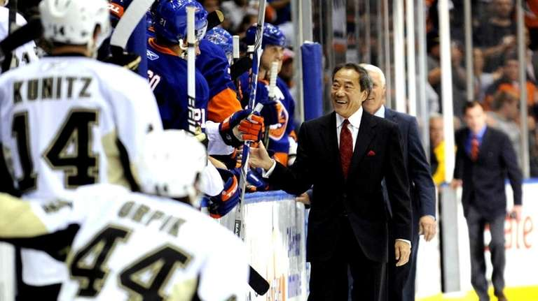 Islanders owner Charles Wang gives high-fives before his