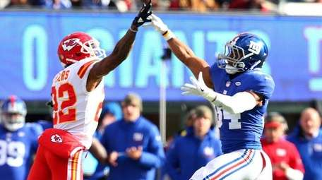Shane Vereen of the Giants throws a pass