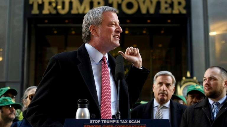 New York City Mayor de Blasio, center, and