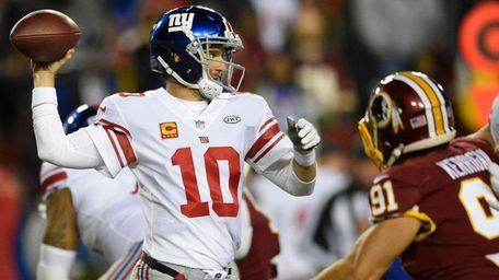 New York Giants quarterback Eli Manning (10) passes