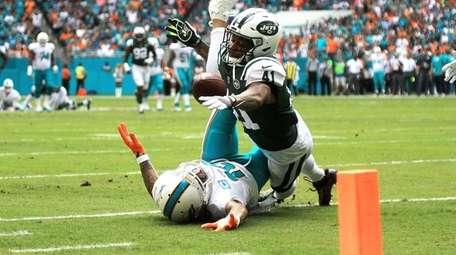 Kenny Stills of the Dolphins attempts to make