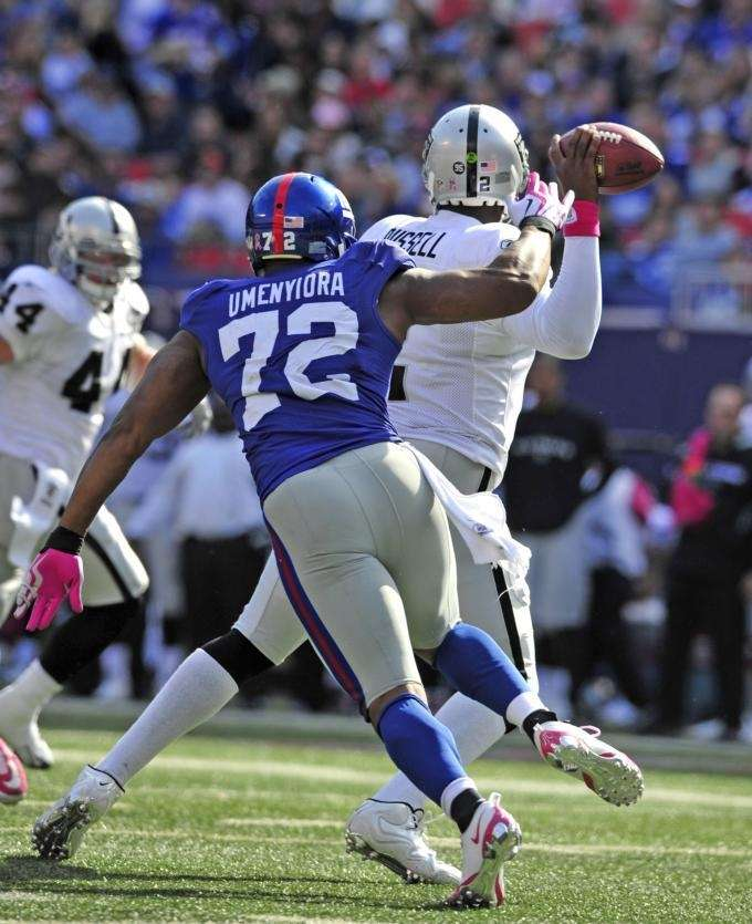 Osi Umenyiora chases JaMarcus Russell causing him to
