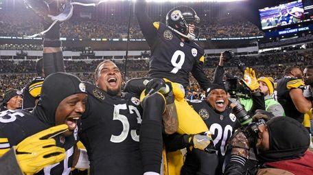 Pittsburgh Steelers kicker Chris Boswell (9) is carried