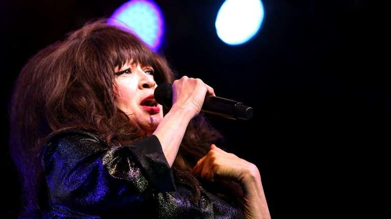 Ronnie Spector brings her Christmas show to